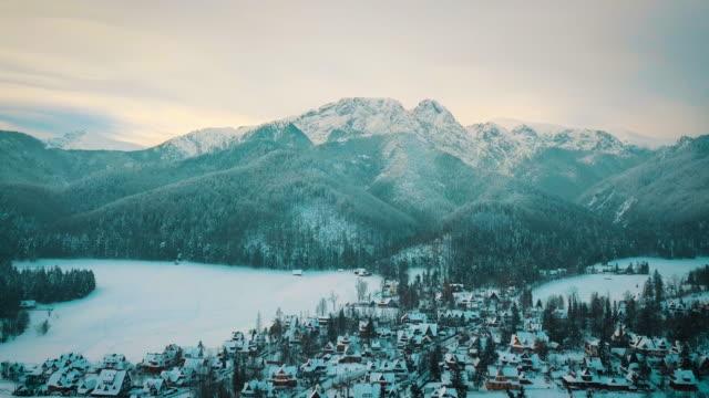 dağlar ve küçük bir kasaba kışın karda sinematik görünümünü - zakopane stok videoları ve detay görüntü çekimi