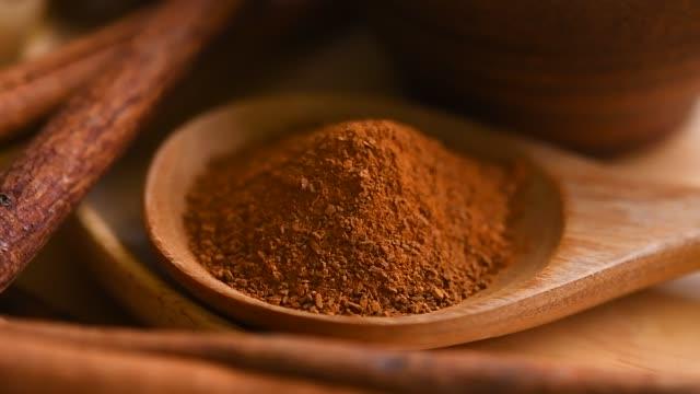 vídeos y material grabado en eventos de stock de canela en polvo en la cuchara de madera - molido