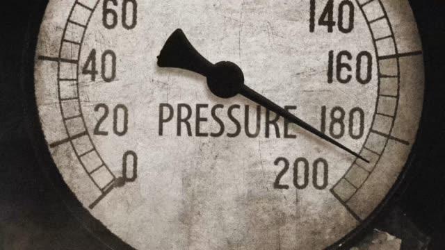 stockvideo's en b-roll-footage met circa retro vintage drukmeter in kritieke druk - gewichten