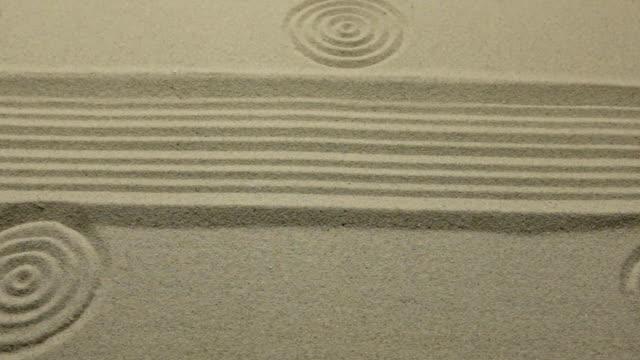 Cercles et lignes sur le sable. Tir de curseur. Texture du sable. Vue supérieure. - Vidéo
