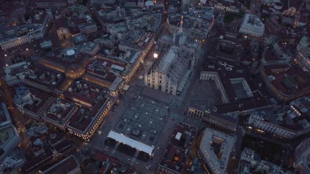gece milano katedrali'nin etrafında dönen drone çekimi - katedral stok videoları ve detay görüntü çekimi