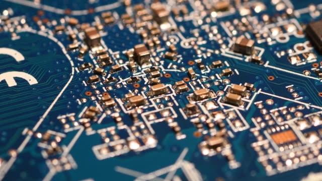 回転部品と回路基板です。コンポーネントと、青の電子基板のクローズ アップ。 - 半導体点の映像素材/bロール