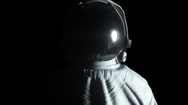 kreislichtblitze blinkt um einen astronauten - raumanzug stock-videos und b-roll-filmmaterial