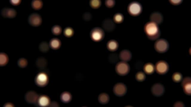 vídeos de stock, filmes e b-roll de movimento circular de esferas borradas redondas em um fundo preto hd - desfocado foco