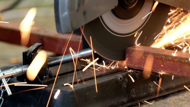 kreissäge schneiden von metall - kreissäge stock-videos und b-roll-filmmaterial