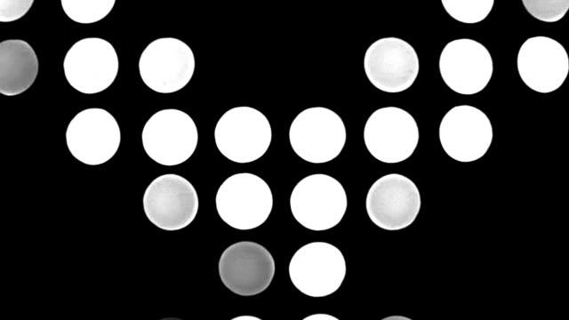 黒い背景に円形の白色光 - 都市 モノクロ点の映像素材/bロール