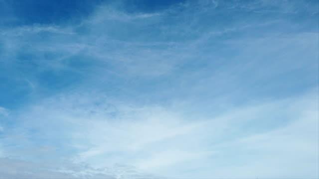 cirrostratus in zeitraffer mit schönen weißen filamenten in einem sommerblauen himmel in langsamer bewegung - zirrus stock-videos und b-roll-filmmaterial