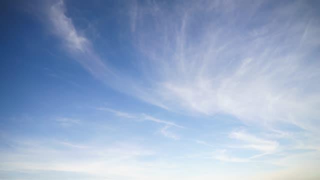 vídeos de stock, filmes e b-roll de lapso de tempo de nuvens cirrus - cirro