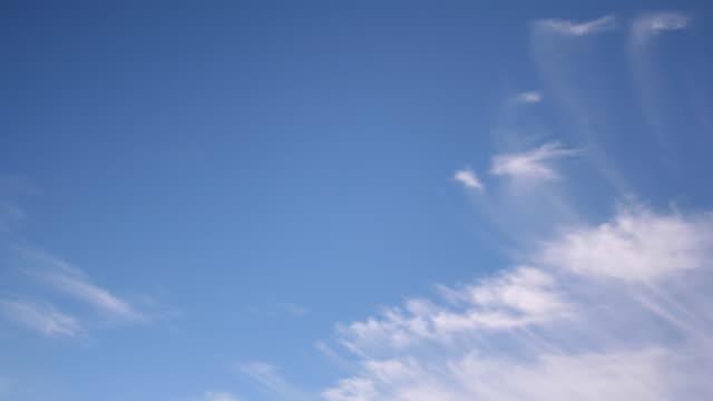 cirrus wolken auf - zirrus stock-videos und b-roll-filmmaterial
