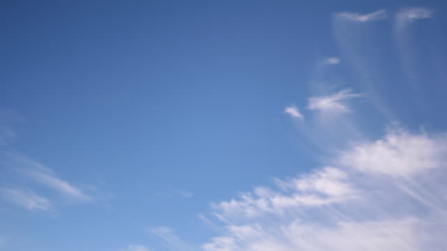 vídeos de stock, filmes e b-roll de cirrus nuvens viajando - cirro