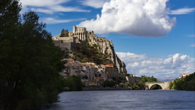 Citadel of Sisteron with passing clouds in summer. Alpes de Haute Provence, Alps, France - vídeo
