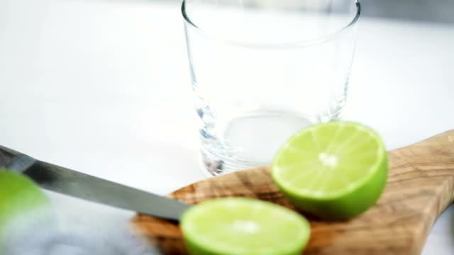 citrus press - лимонный сок стоковые видео и кадры b-roll