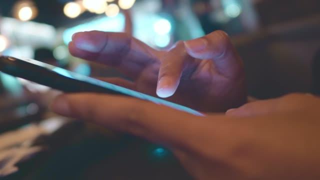 city and phone - eine reservierung vornehmen stock-videos und b-roll-filmmaterial