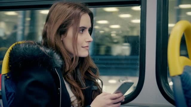 vídeos y material grabado en eventos de stock de autobús de la ciudad, mujer de smartphone. - autobús