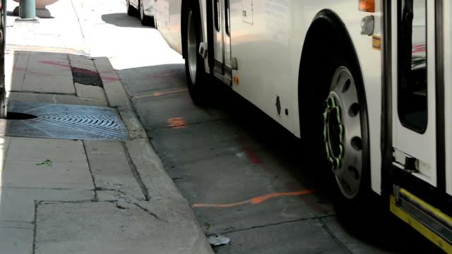 vídeos y material grabado en eventos de stock de autobús de la ciudad - autobús