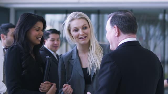 vídeos y material grabado en eventos de stock de la gente de negocios de la ciudad - saludar