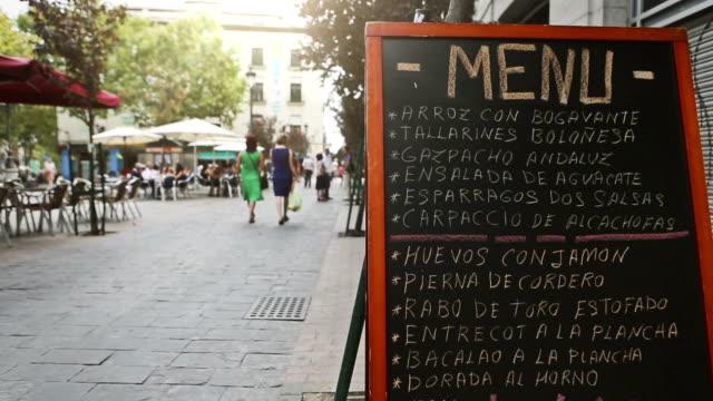 vídeos y material grabado en eventos de stock de centro de la ciudad de madrid: restorant menú en las calles - comida española