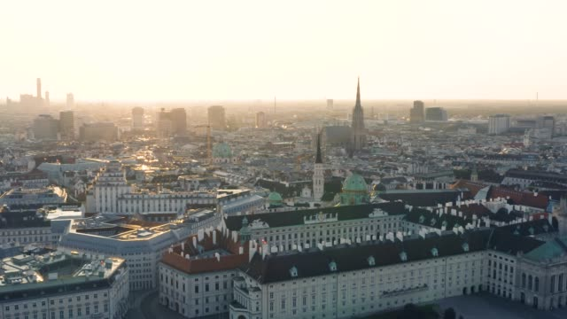 city center of vienna in the early morning - австрия стоковые видео и кадры b-roll