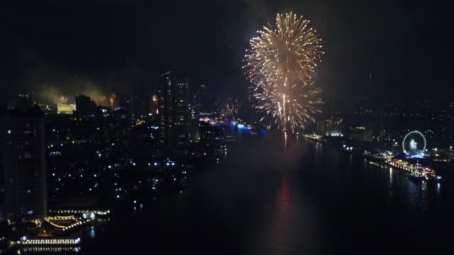幸せな新年パーティーのための都市花火 - 人の居住地点の映像素材/bロール