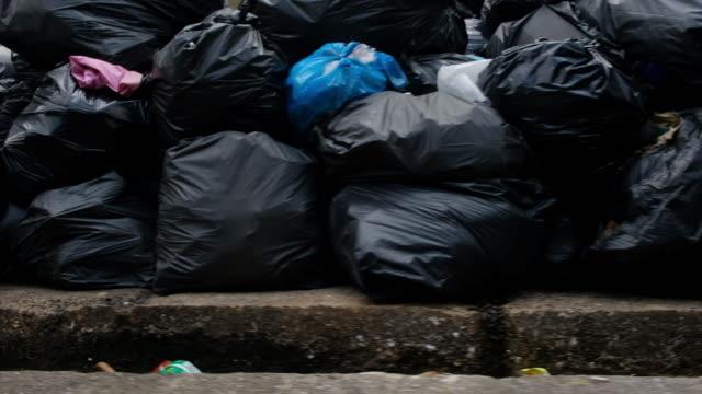 街のゴミ - 服装点の映像素材/bロール