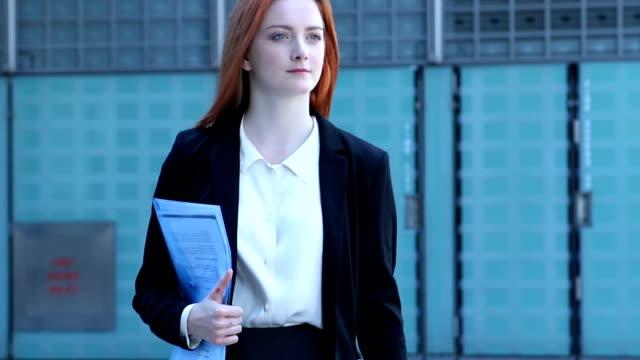 city girl, walking checking text message. - telefonmeddelande bildbanksvideor och videomaterial från bakom kulisserna