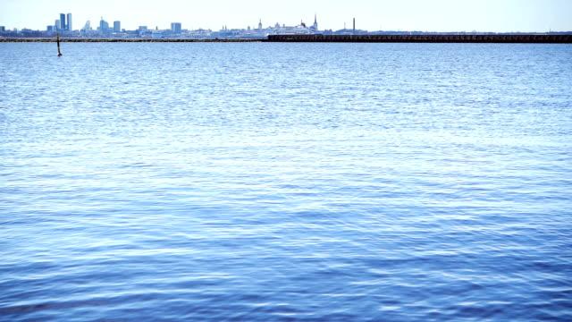 vídeos de stock e filmes b-roll de city harbor on a sunny day - países bálticos