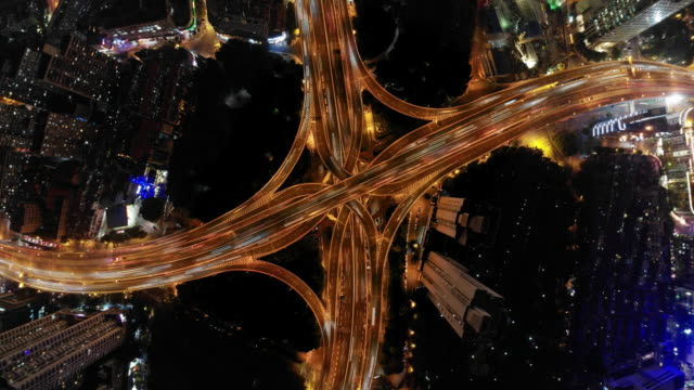 vídeos y material grabado en eventos de stock de intercambio de autopistas por la noche en la transición al pequeño planeta. - equipo informático