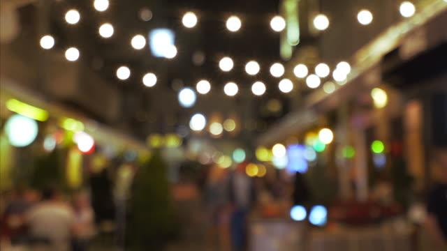 gece şehir hayatı. - bar stok videoları ve detay görüntü çekimi