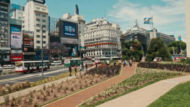 av 9 de julio'da şehir hayatı, buenos aires, arjantin - obelisk stok videoları ve detay görüntü çekimi