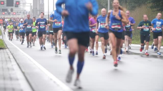 city marathon-läufer - schuhwerk videos stock-videos und b-roll-filmmaterial