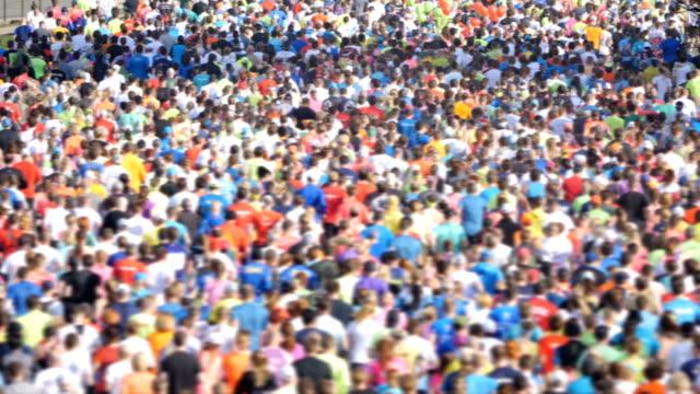 hd - maratonunu. çalışan sporcular - başlama çizgisi stok videoları ve detay görüntü çekimi