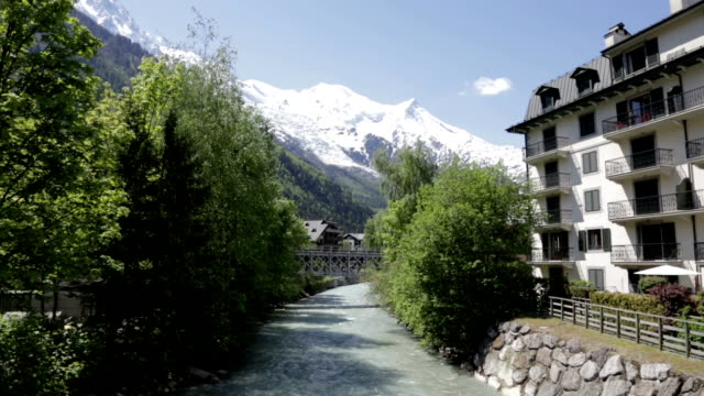 città di chamonix in estate, francia - monte bianco video stock e b–roll