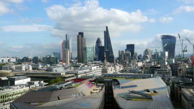 city of london und seinen wolkenkratzern aus dem westen - dachgarten videos stock-videos und b-roll-filmmaterial