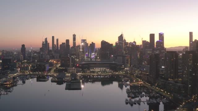 メルボルン市。日の出時のオーストラリア・メルボルンのドックランズの街並みイメージ - オーストラリア メルボルン点の映像素材/bロール