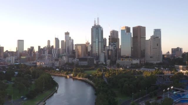 メルボルン市。夕暮れ時のオーストラリア・メルボルンの街並みイメージ - オーストラリア メルボルン点の映像素材/bロール
