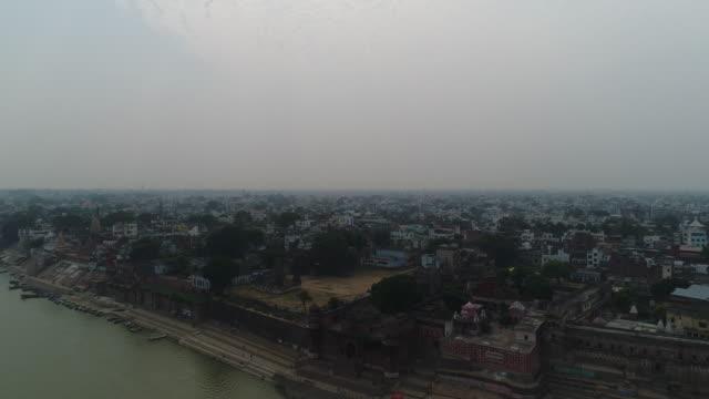 vídeos de stock e filmes b-roll de city of varanasi (benares) in uttar pradesh in india from the sky - neblina causada por temperatura elevada