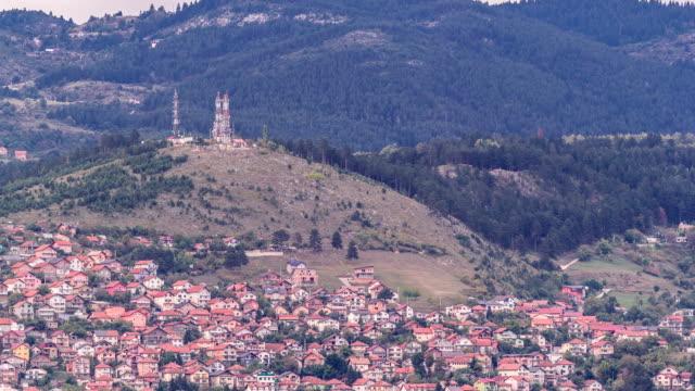 サラエボの旧ユダヤ人墓地のタイムラプスからの都市パノラマ - ボスニア・ヘルツェゴビナ点の映像素材/bロール