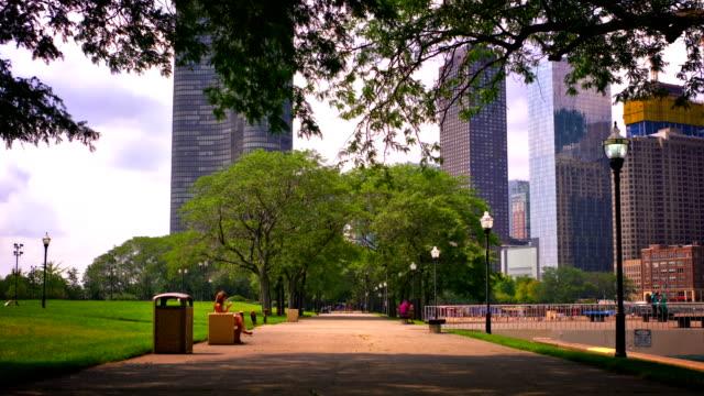 vídeos de stock e filmes b-roll de city park and business district - parque público