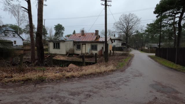 stockvideo's en b-roll-footage met stad riga, letland. verlaten huis en overwoekerde tuin. - verlaten slechte staat