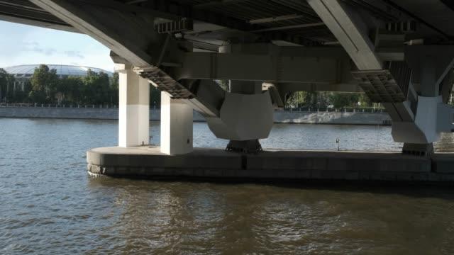 köprünün altında güneşli bir günde şehir nehri - moscow metro stok videoları ve detay görüntü çekimi