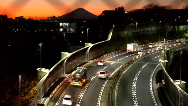 vägen motorväg i skymningen med wire mesh staket - shipping sunset bildbanksvideor och videomaterial från bakom kulisserna