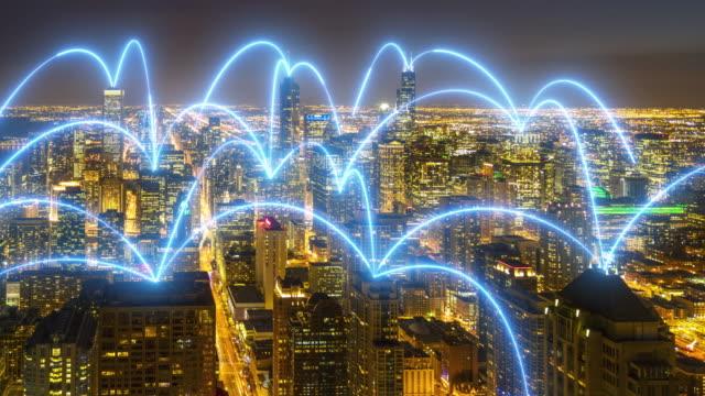 vidéos et rushes de 4k uhd: paysage urbain et connexion réseau à chicago, illinois. - épingle