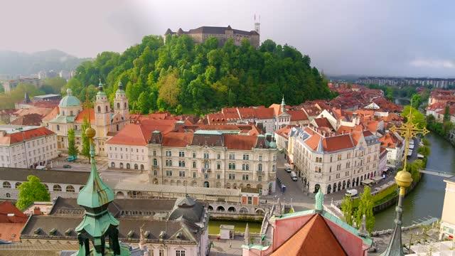 vídeos de stock, filmes e b-roll de city scape ljubljana old town center castle hill. vídeo com vídeo de alta qualidade de estoque de drone 4k - eslovênia