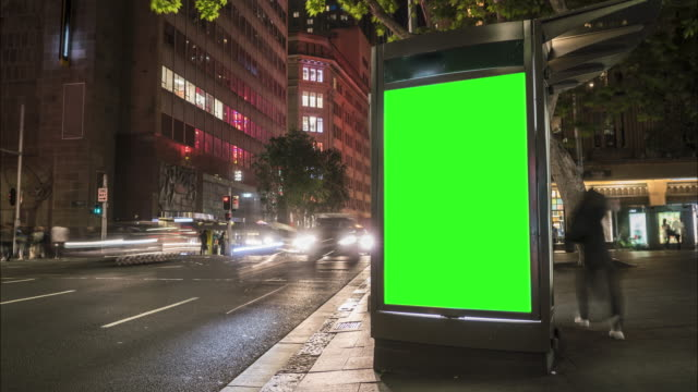 vídeos de stock e filmes b-roll de city street billboard stand with green screen. time lapse with commuters, people and cars. space for text or copy. - modelo arte e artesanato