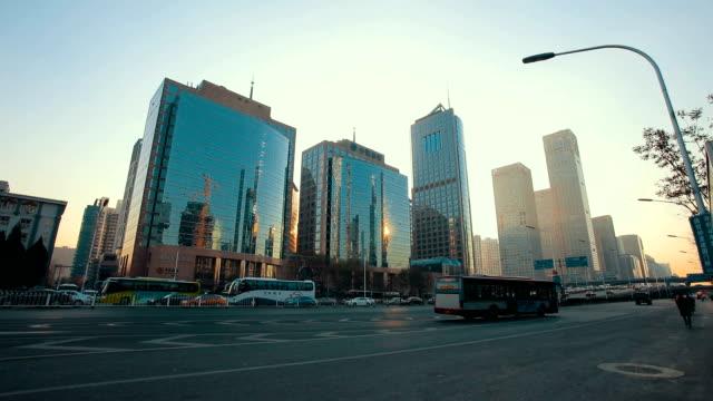 vídeos de stock e filmes b-roll de city street in beijing - plano picado