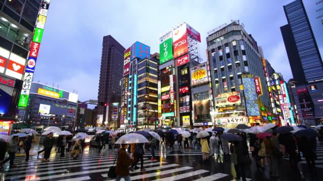 新宿の群衆の人々 と街夜の生活 - 看板点の映像素材/bロール