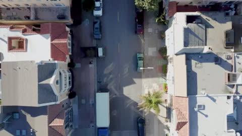 vídeos y material grabado en eventos de stock de calle de la ciudad vista desde arriba - calle principal calle