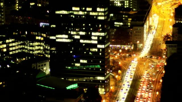 traffico cittadino-occupato incrocio di notte, nel centro di francoforte - francoforte sul meno video stock e b–roll