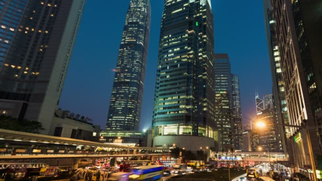 t/l tu city traffic of hong kong, dusk to night transition - центральный район стоковые видео и кадры b-roll