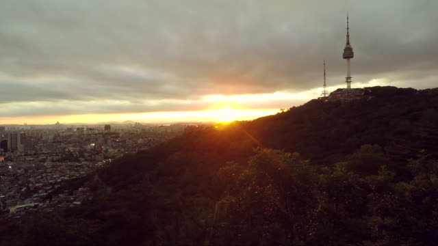 vídeos y material grabado en eventos de stock de vista a la ciudad al atardecer en seúl en la montaña del parque de namsan - n seoul tower